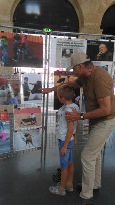 """Des visiteurs de l'exposition anti-corrida """"L'autre réalité de la corrida"""""""